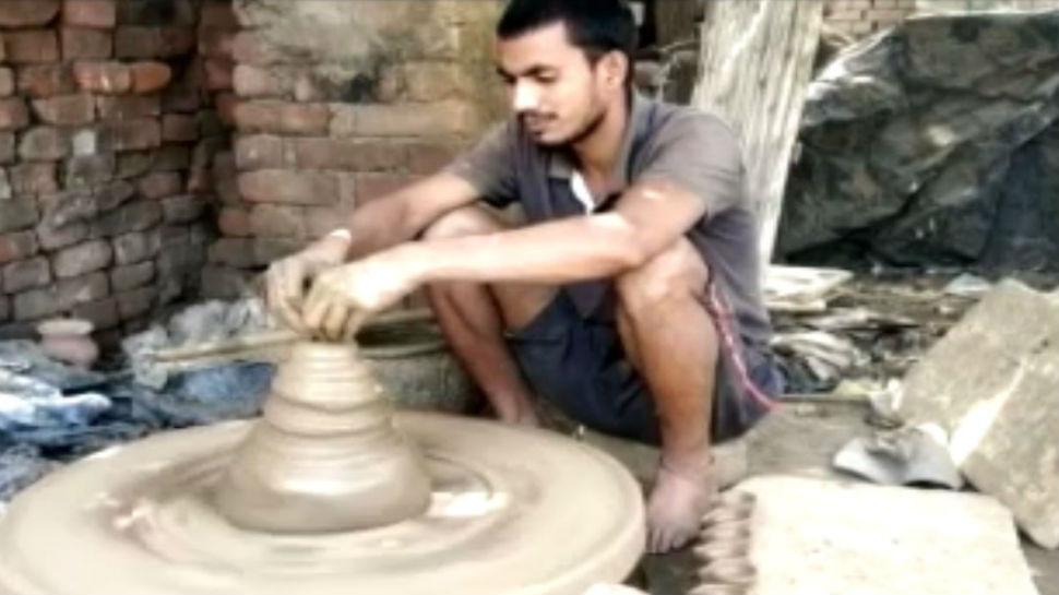 बिहार: लगातार हुई बारिश ने बिगाड़ा कुम्हारों का काम, दिन रात बना रहे मिट्टी के दीये