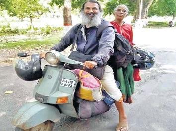 कलयुग के श्रवण कुमार: मां को स्कूटर से ही कराये तीर्थ, तय किया 48 हजार किलोमीटर का सफर