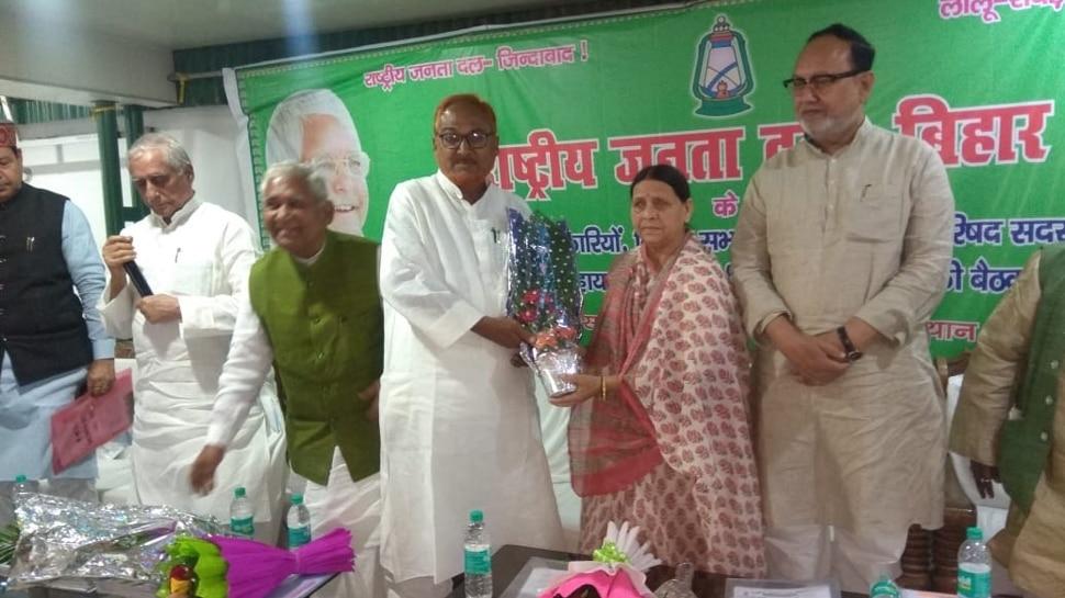बिहार: राबड़ी देवी के घर हुई RJD की बैठक, मीटिंग से नदारद रहे तेजस्वी यादव