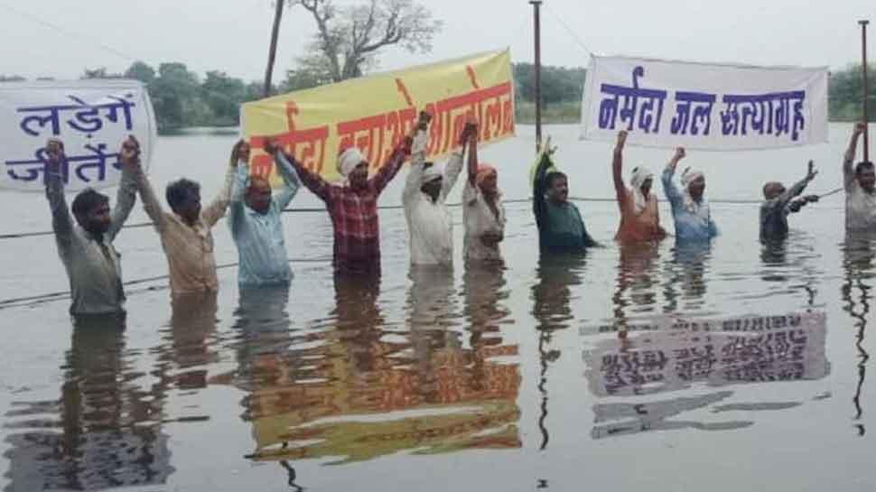 खंडवा: पुनर्वास के लिए ओम्कारेश्वर बांध पर जल सत्याग्रह, सरकार से की ये मांगें