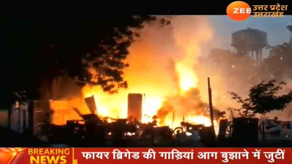 आगरा: पटाखा मार्केट में लगी भीषण आग, मौके पर पहुंची फायर ब्रिगेड टीम