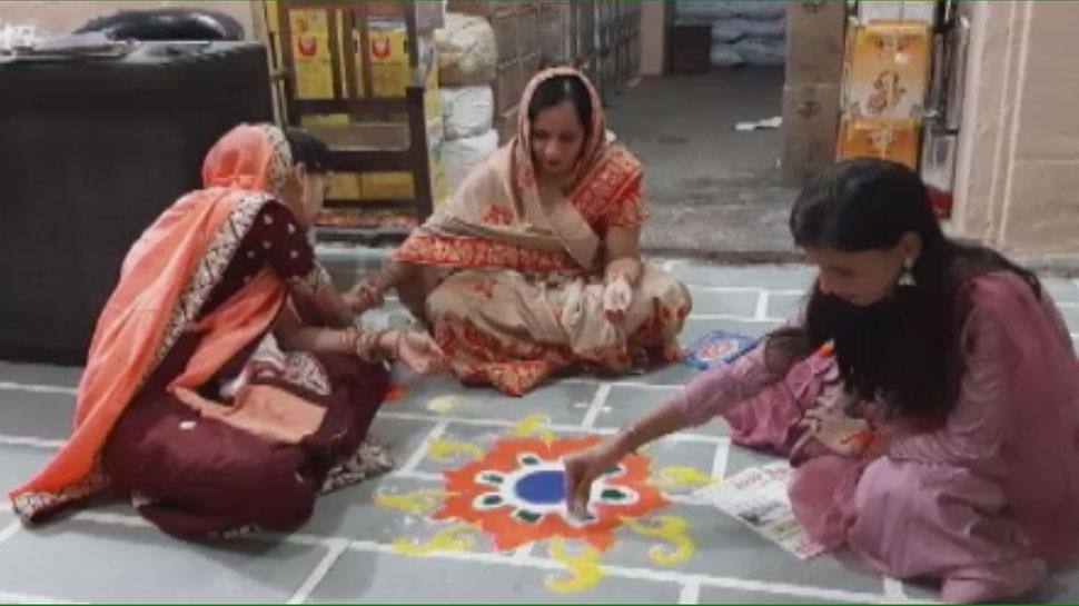डीडवाना: दिवाली पर महिलाएं व्यापारिक प्रतिष्ठानों पर बनाती है रंगोली, है खास परंपरा