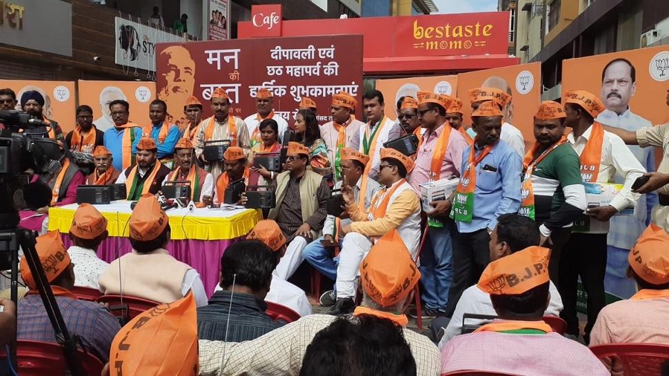 रांची: MP संजय सेठ ने बांटे रेडियो, कहा- जनता को 'मन की बात' सुनने में होगी आसानी
