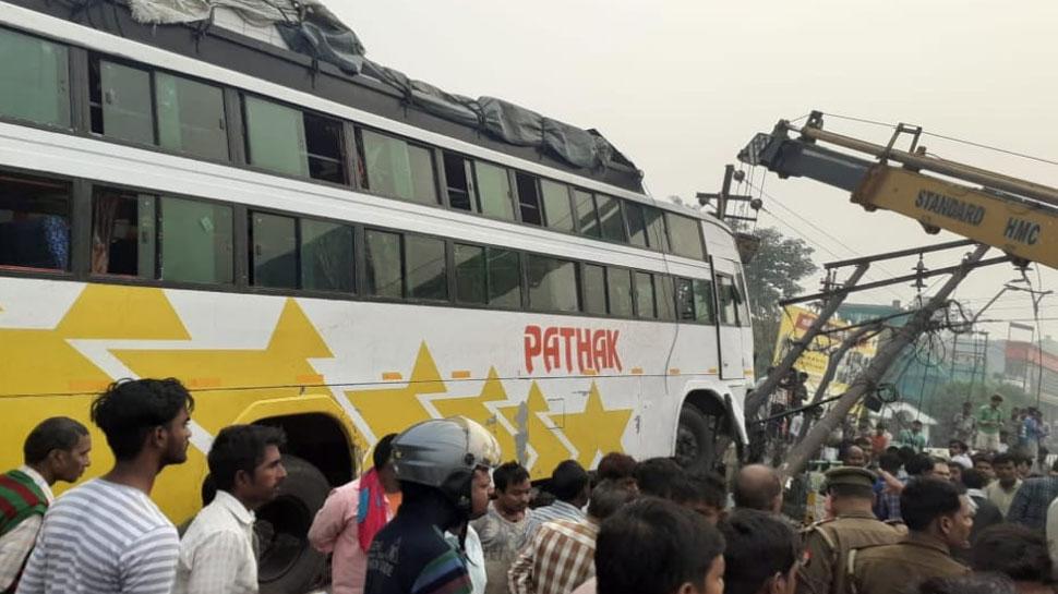 लखनऊ: डिवाइडर पर सो रहे लोगों पर चढ़ी बस, हादसे में 2 लोगों की मौत, कई घायल