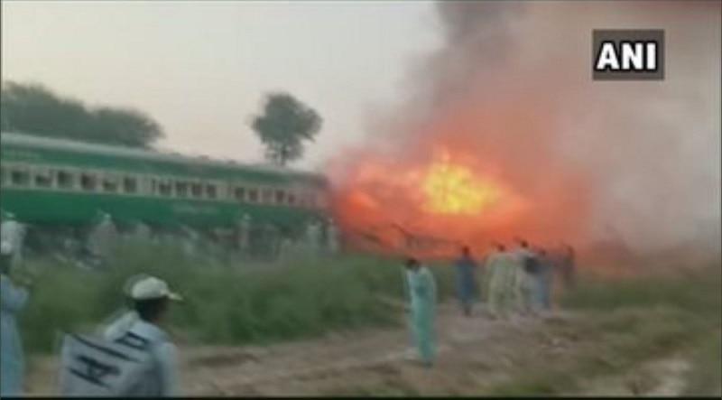 पाकिस्तान की ट्रेन में भीषण धमाका, 70 से ज्यादा मौतें, कई बोगियां राख
