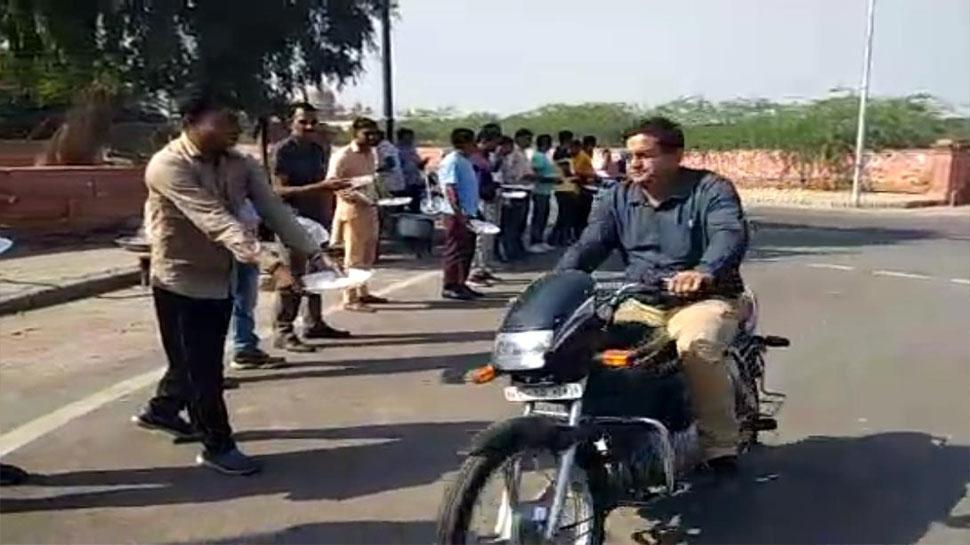 राजस्थान: नाराज चयनित शिक्षकों ने सड़क पर भीख मांग किया प्रदर्शन