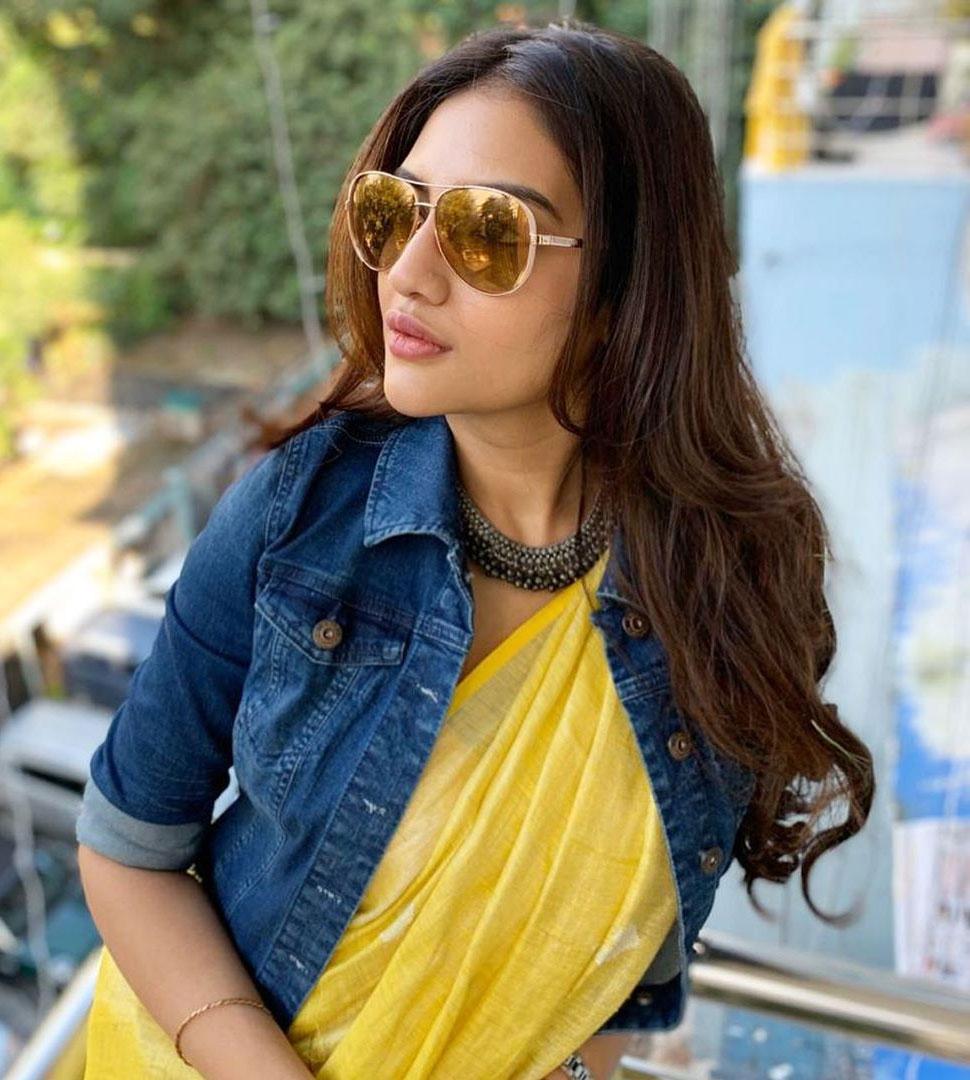 Nusrat Jahan shared picture in saree with denim jacket on instagram |  PHOTOS: साड़ी पर डेनिम जैकेट में दिखीं नुसरत जहां! स्टाइल के कायल हुए फैंस  | Hindi News,