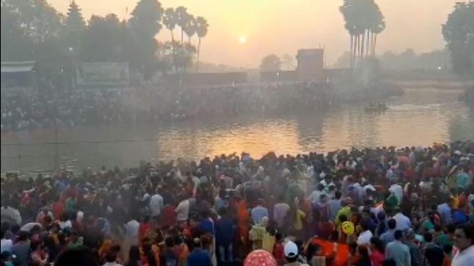 बिहार: उगते सूर्य को अर्घ्य देने के साथ समाप्त हुआ महापर्व छठ, लोगों में दिखी अपार श्रद्धा