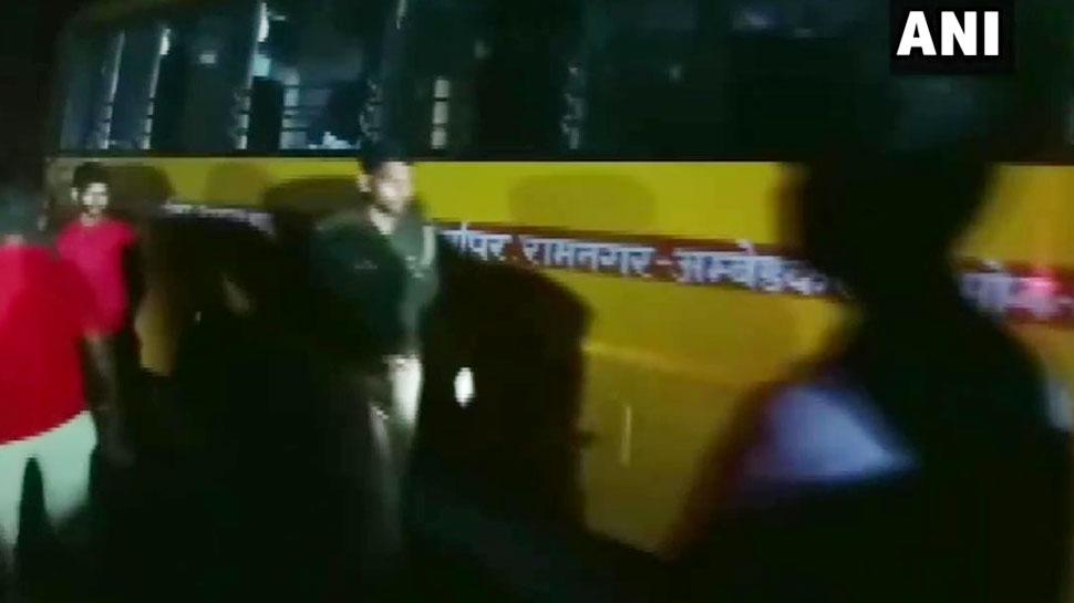 आजमगढ़: टूर से लौट रही स्कूल बस डिवाइडर से टकराई, 16 छात्र घायल