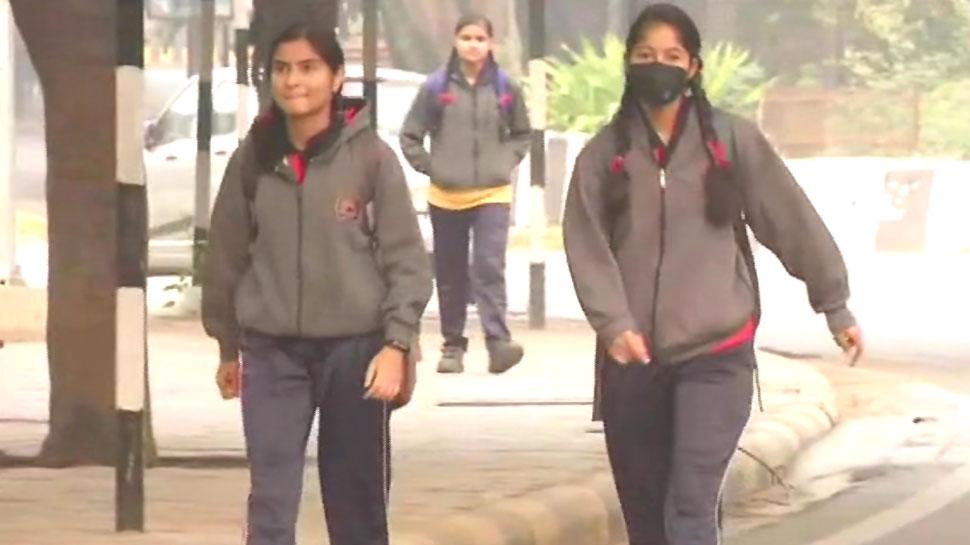 प्रदूषण: चार दिन की छुट्टियों के बाद खुले दिल्ली के स्कूल, मास्क लगाकर पढ़ने पहुंचे बच्चे