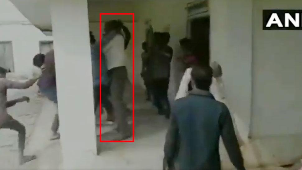 इस बात से इतना गुस्सा हुए छात्र कि उठाए डंडे और शिक्षक को दौड़ा-दौड़ाकर पीटा, VIDEO VIRAL