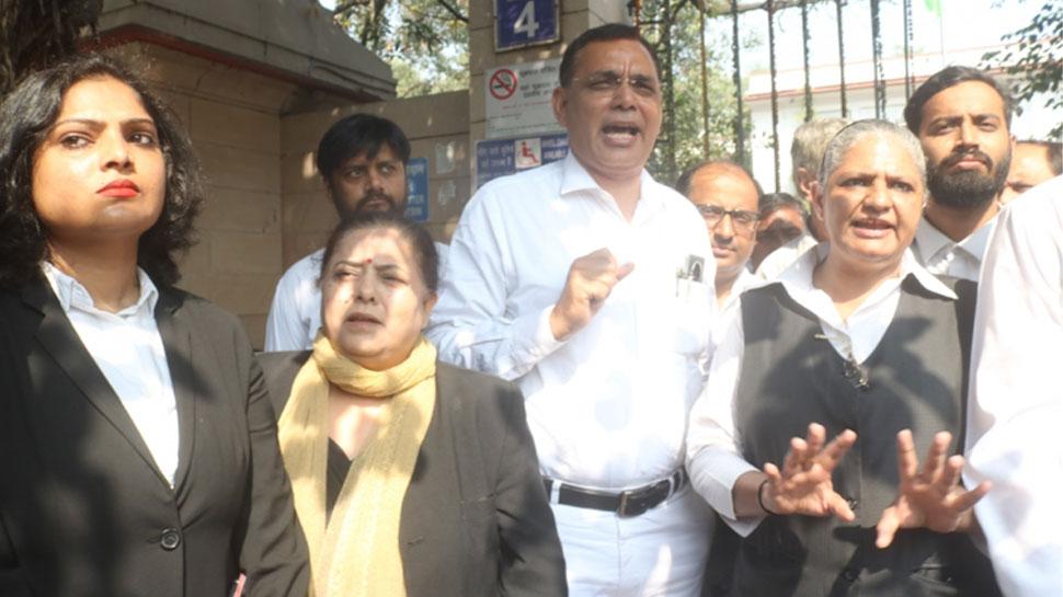 LIVE: दिल्ली में वकीलों का प्रदर्शन चौथे दिन भी जारी, साकेत कोर्ट बंद
