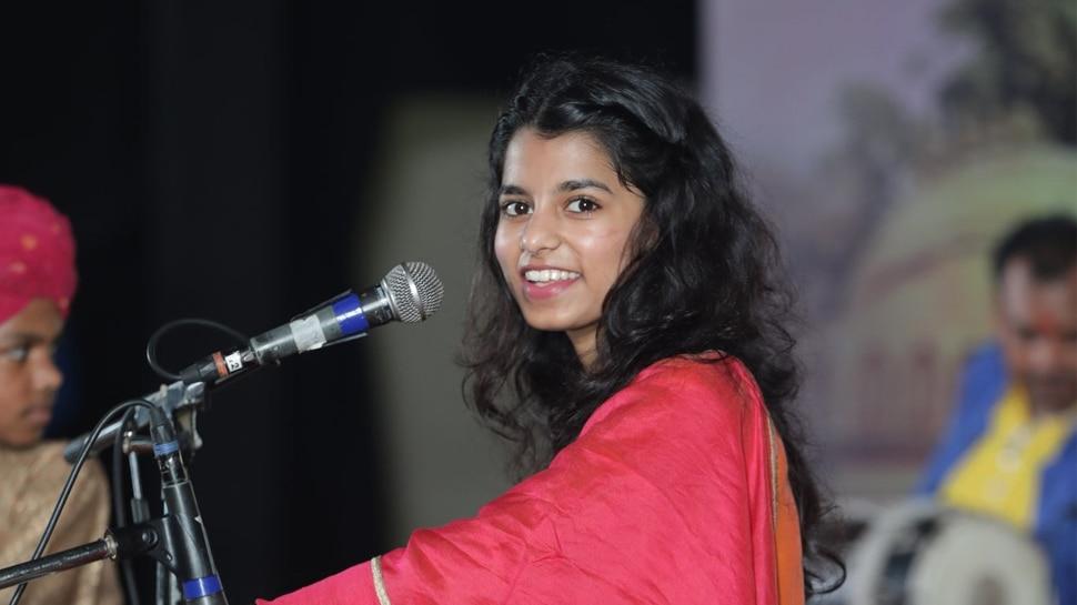 दरभंगा: अहिल्या महोत्सव का हुआ आगाज, पहले दिन मैथिली ठाकुर ने बांधा समा