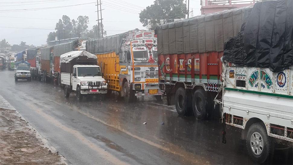 भारी बर्फबारी से जम्मू-कश्मीर राजमार्ग बंद, घाटी में साजो-सामान ले जाने वाले सैंकड़ों ट्रक फंसे