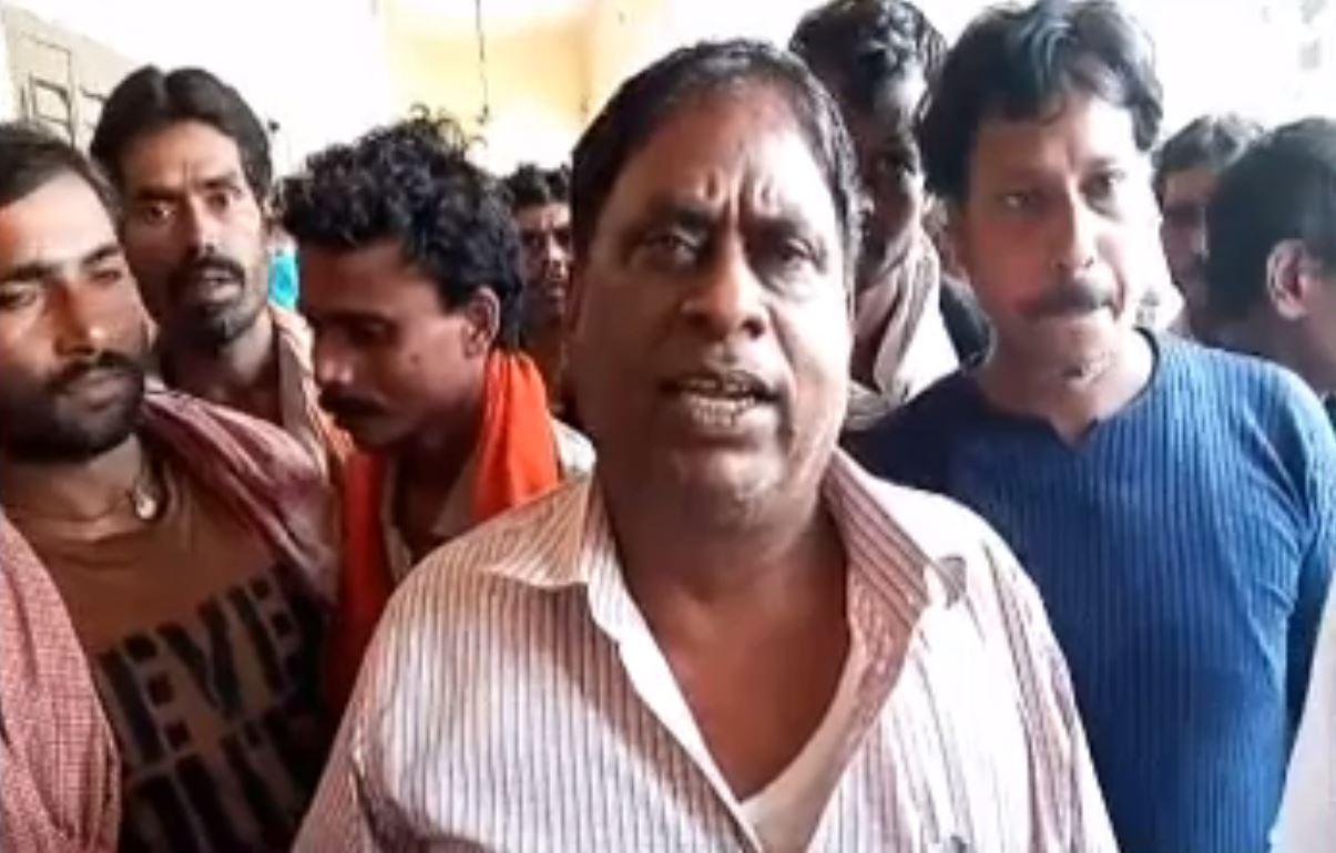मुंगेर: सफाईकर्मियों ने किया हंगामा, कहा- मांगें नहीं मानी गई तो करेंगे हड़ताल
