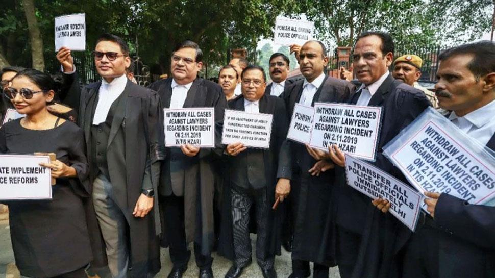 दिल्ली: वकीलों की हड़ताल खत्म, सोमवार से कोर्ट जाएंगे