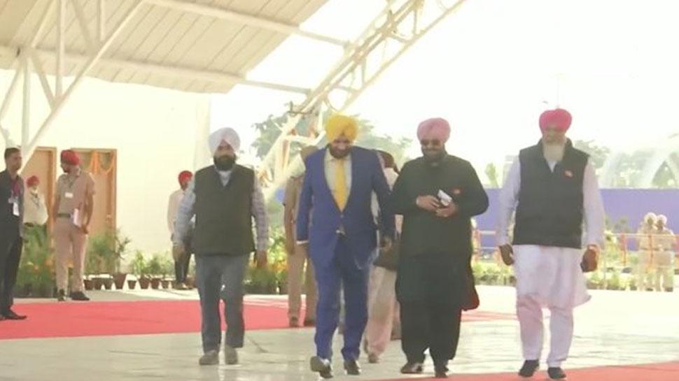 करतारपुर कॉरिडोर: सिख धर्मस्थल पर मत्था टेकने पाकिस्तान पहुंचे नवजोत सिंह सिद्धू