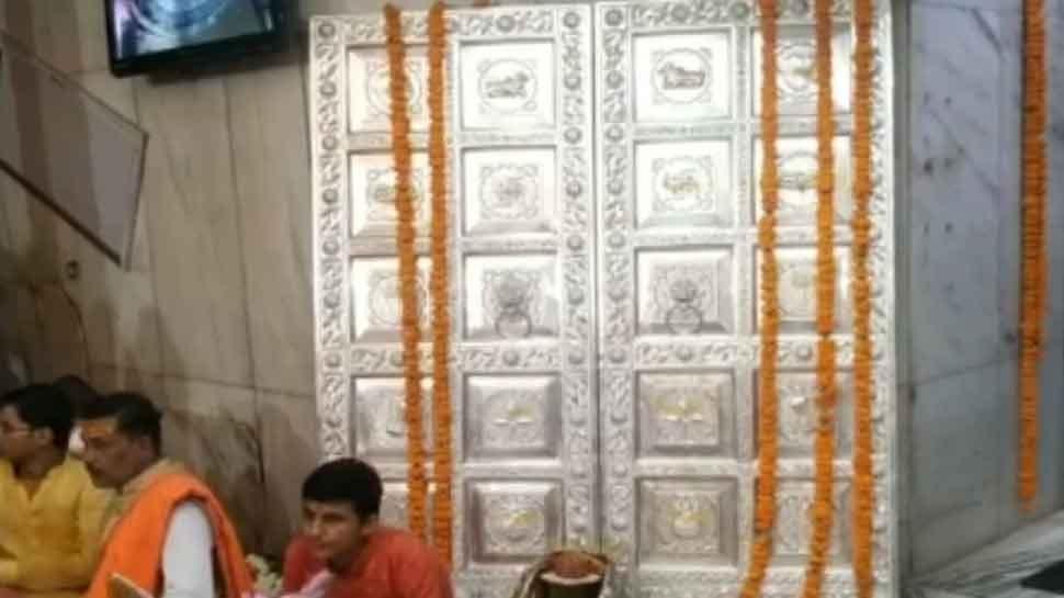 महाकाल मंदिर में भक्त ने लगवाया चांदी से बना 86 लाख रुपये का दरवाजा