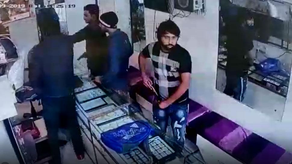 दिल्ली: ज्वैलरी शॉप में घुसे 4 बंदूकधारी, CCTV में कैद हुई लूट की वारदात