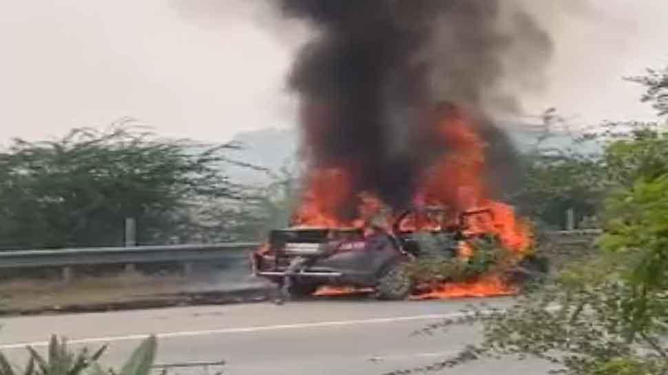 यमुना एक्सप्रेसवे पर अचानक धूं-धूं कर जलने लगी कार, अंदर फंस गया ड्राइवर, जिंदा जला
