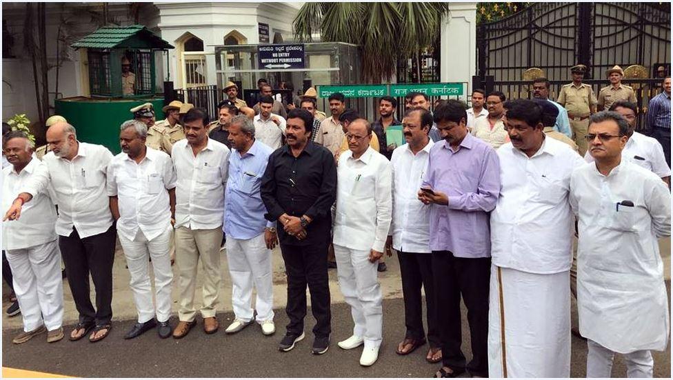 कर्नाटक विधायक अयोग्य ही रहेंगे लेकिन फिर भी उपचुनाव लड़ने के अधिकारी: सुप्रीम कोर्ट