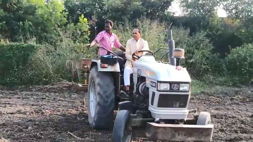 VIDEO: खेत में ट्रैक्टर चलाते नजर आए BJP नेता शिवराज सिंह चौहान, कही ये बात