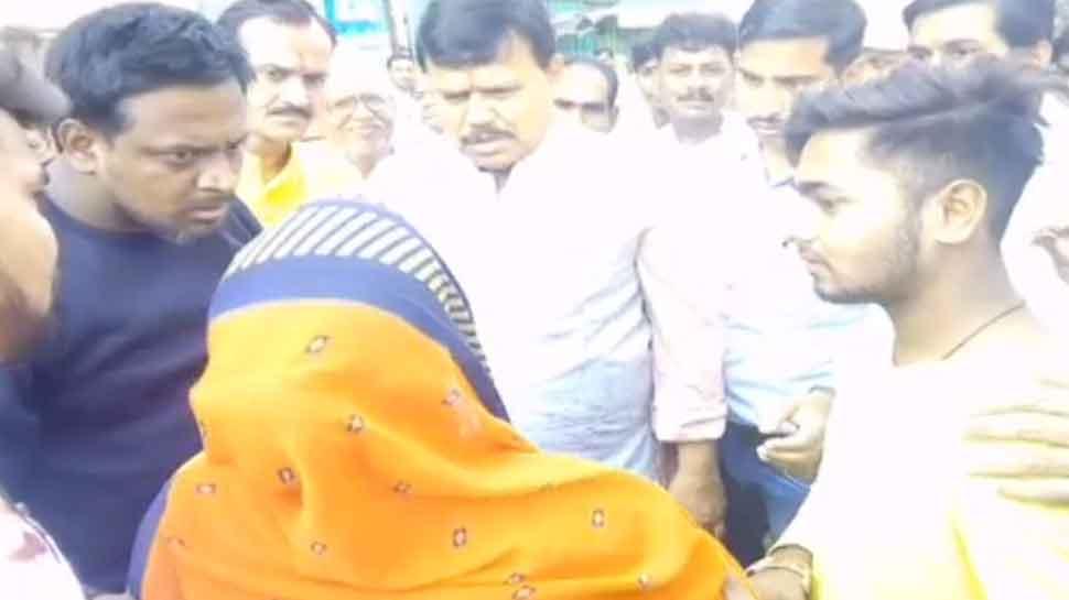 ग्वालियर: पुलिस से नहीं मिली मदद, मंत्री के पैरों में गिरी नाबालिग बेटी को तलाश रही मां