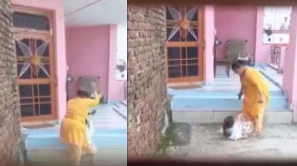 कठुआ: कलयुगी मां ने अपनी ही मासूम बच्ची को लात-घूसों से पीटा, पिता बनाता रहा VIDEO