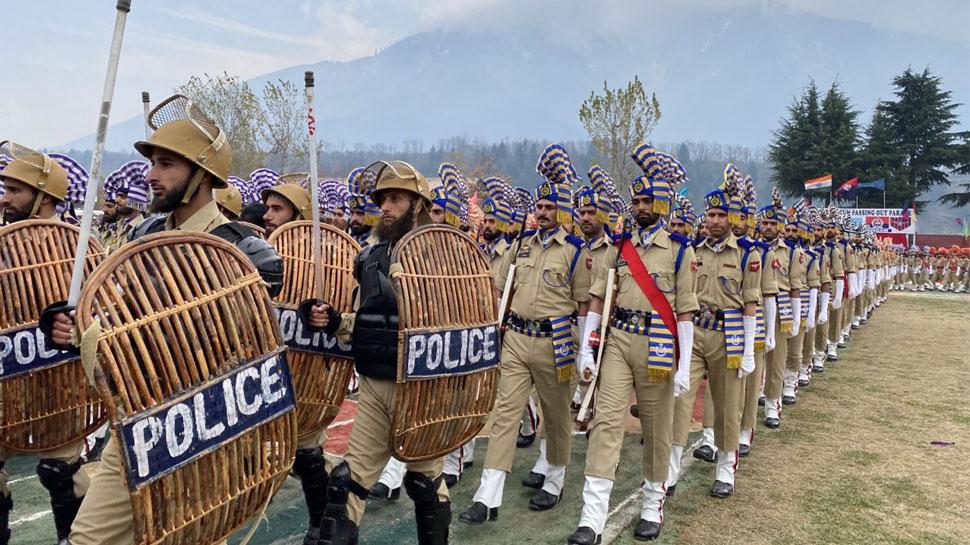 जम्मू कश्मीर पुलिस के नए जवानों ने पहली बार ली भारतीय संविधान की शपथ