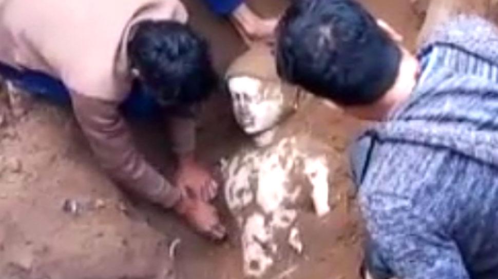 भीलवाड़ा: खुदाई के दौरान निकली जैन प्रतिमा, देखने के लिए उमड़ा हुजूम
