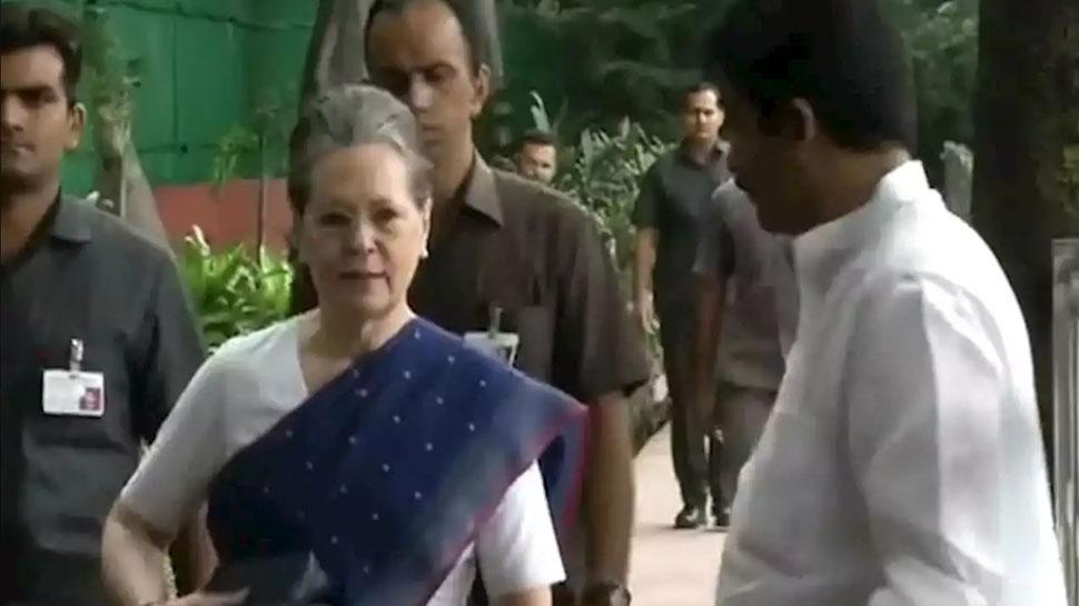 दिल्ली: कांग्रेस ने बुलाई आपात बैठक, सोनिया गांधी के निवास पर पहुंचे पार्टी नेता