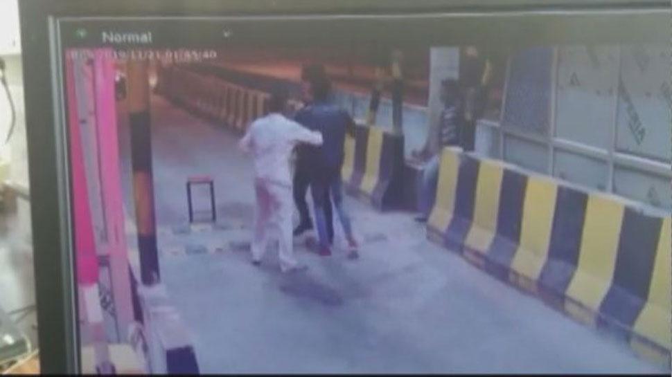 टोल प्लाजा पर दबंगों की दबंगई, मारपीट के बाद कर्मचारी को कार से मारी टक्कर