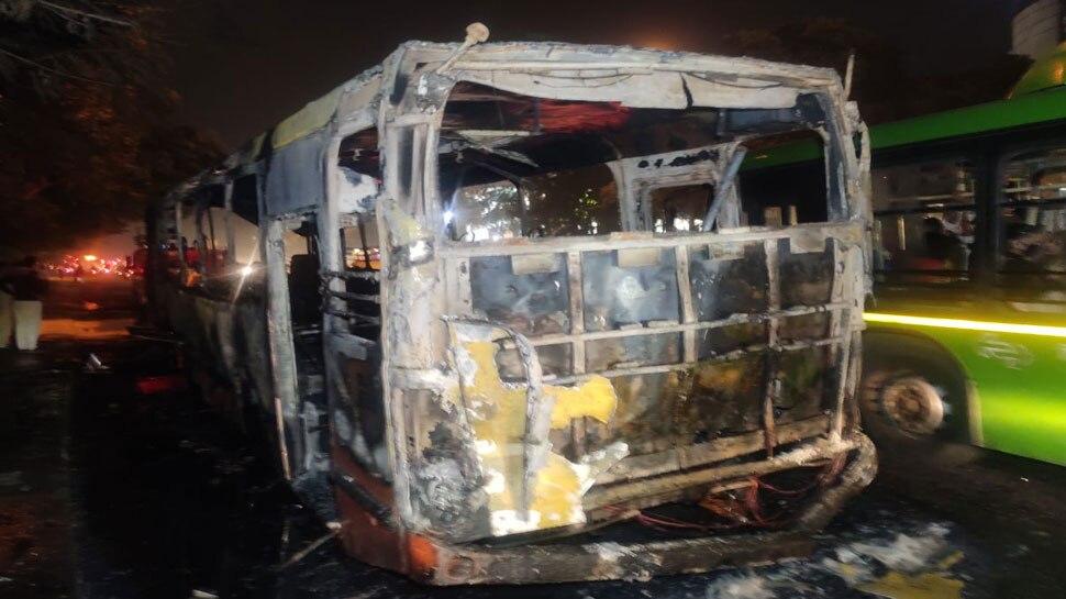 दिल्ली: बस में लगी आग, कंडक्टर के सूझबुझ से कोई हताहत नहीं