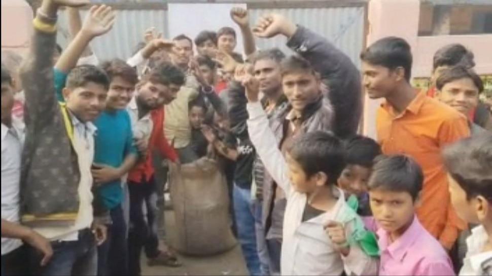 बेतिया: चावल चोरी करते पकड़े गए शिक्षक, प्रधानाध्यापिका बोली- माफी कीजिए ऐसी गलती नहीं होगी