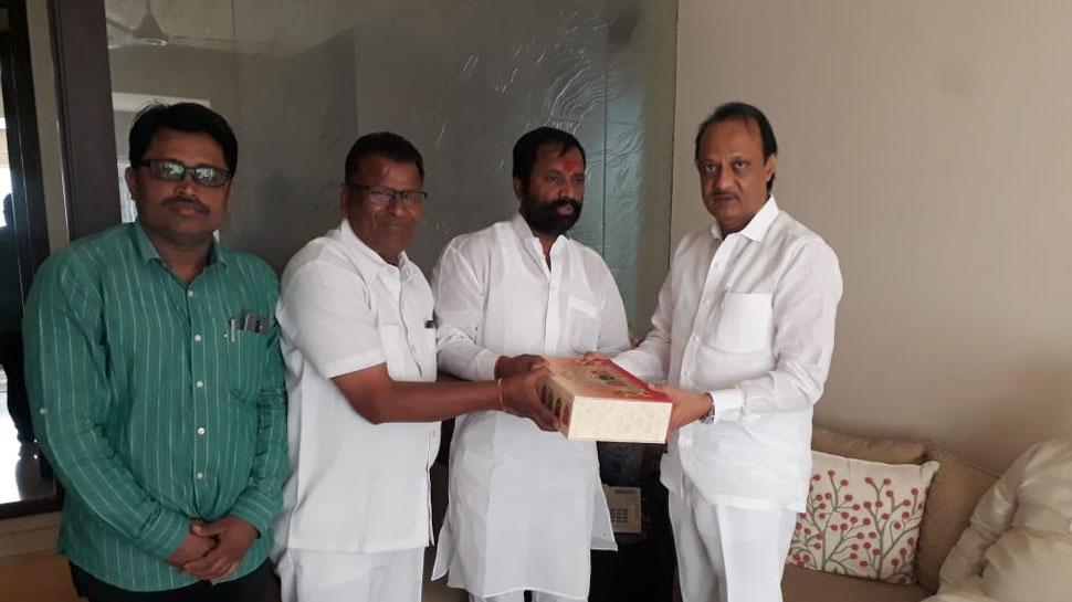 कार्यकर्ताओं से मिले अजित पवार, समर्थकों ने कहा, 'अजित दादा को पूरा विश्वास, BJP जीतेगी फ्लोर टेस्ट'