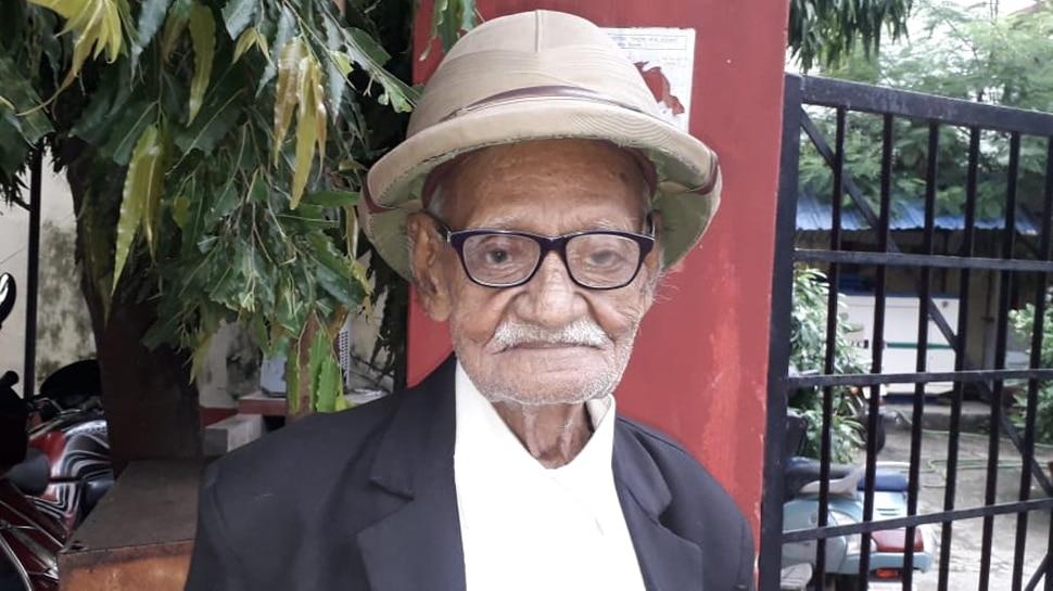 बिहार: 101 साल के हरिनारायण अदालती जिरह में देते हैं प्रतिद्वंद्वियों को मात