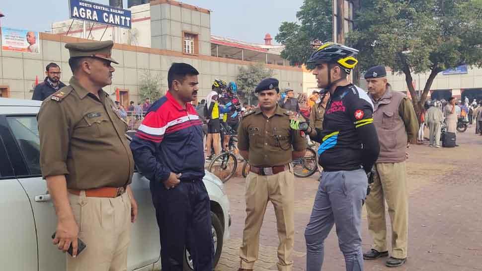 आगरा: साइकिल से रेलवे स्टेशन पहुंचे एसपी, GRP थाना का किया औचक निरीक्षण