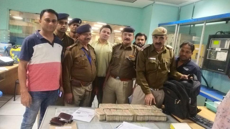 दिल्ली: मैट्रो स्टेशन पर शख्स के बैग में मिले 50 लाख रुपये, CISF ने पकड़ा