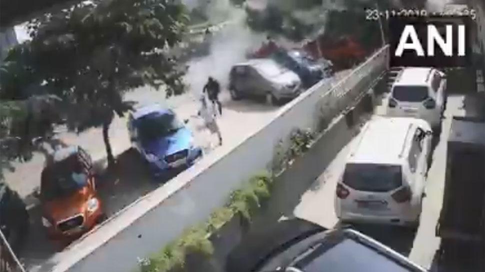 VIDEO: सड़क पर चल रहे थे लोग, फ्लाइओवर से हवा में उड़ती आई कार और फिर...