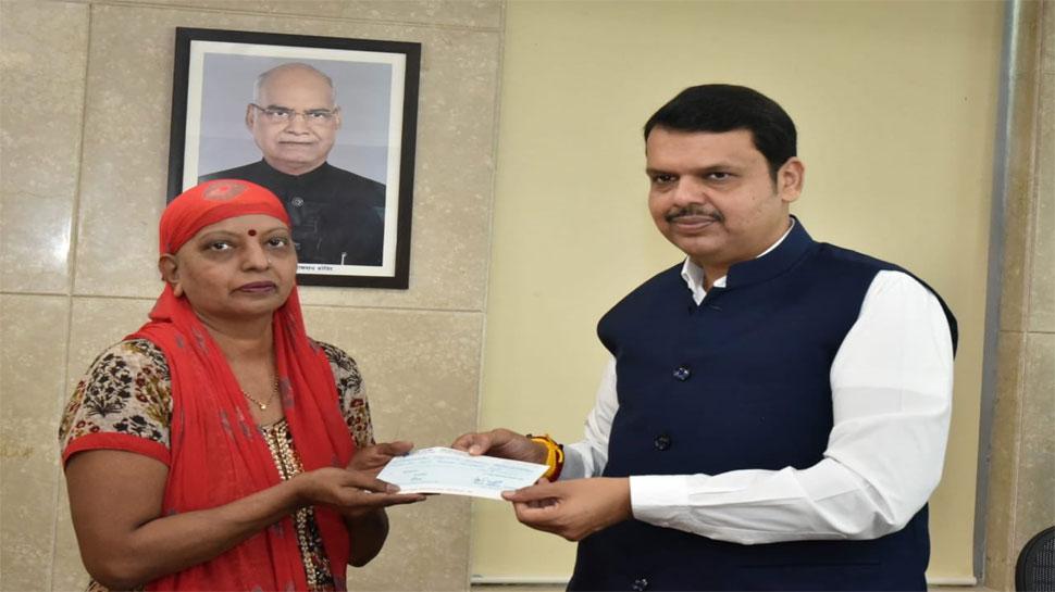 महाराष्ट्र: फडणवीस ने संभाला कामकाज, मुख्यमंत्री राहत कोष के चेक पर किए पहले हस्ताक्षर