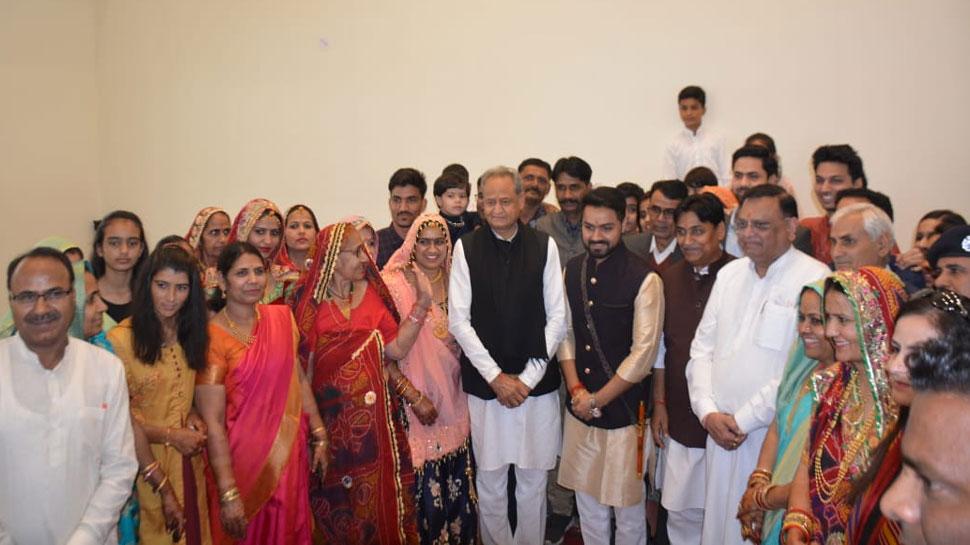 मंत्री डोटासरा के बेटे अभिलाष के विवाह समारोह में शामिल हुए CM गहलोत, बीजेपी पर भी साधा निशाना