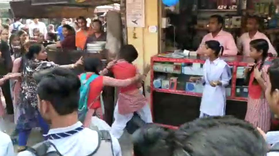 दिल्ली: स्कूली छात्राओं के बीच झगड़े का वीडियो वायरल