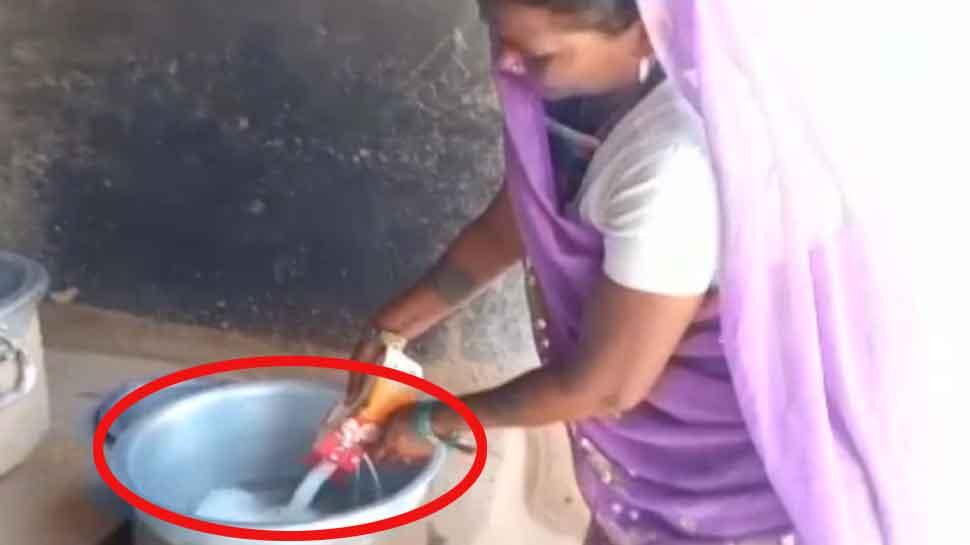 UP: मिड डे मील में 81 बच्चों को बांट दिया केवल एक लीटर दूध, VIDEO में देखें कारनामा