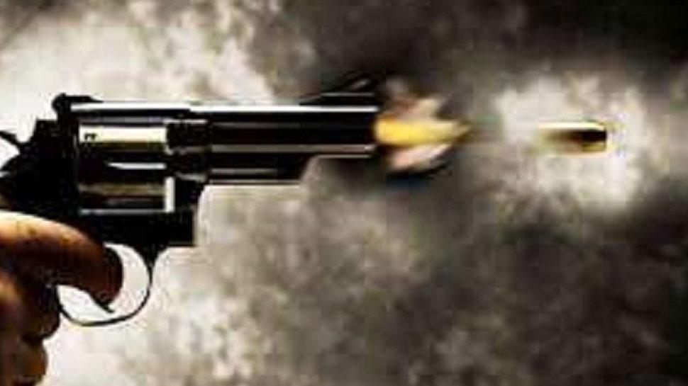 दिल्ली में बदमाश को गोली मारी, हमलावर फरार; वारदात CCTV में कैद