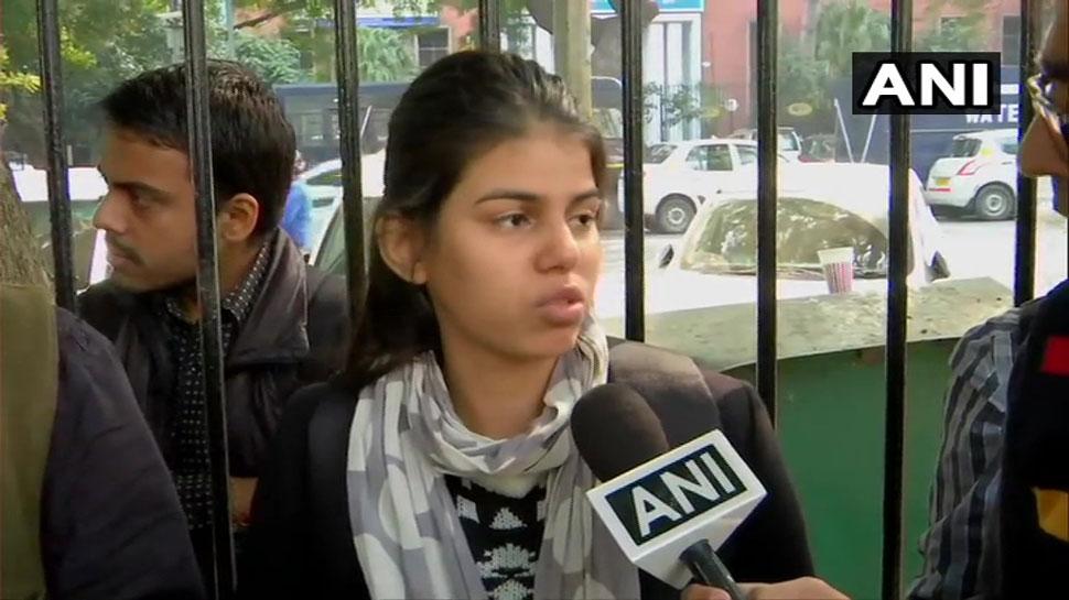 संसद के बाहर प्रदर्शन कर रही युवती को पुलिस ने हिरासत में लिया, लड़की का आरोप 'मुझे प्रताड़ित किया गया'