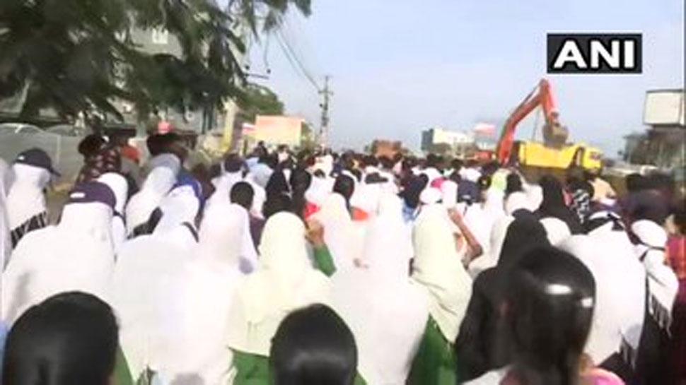 हैदराबाद की घटना के विरोध में स्कूली छात्रों ने भी हाईवे पर किया जमकर प्रदर्शन