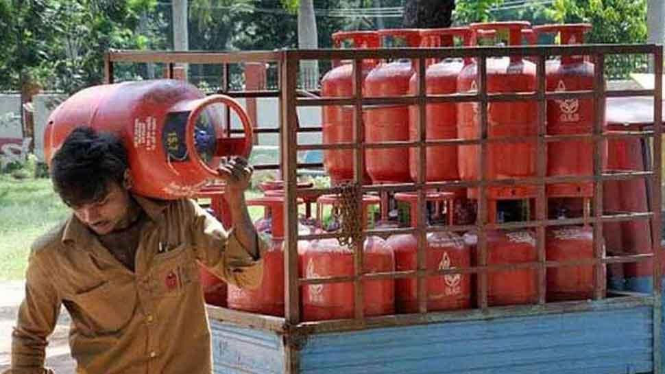 UP: प्याज के बाद अब लोगों पर रसोई गैस की 'मार', दामों में 13.20 रुपये की बढ़ोत्तरी