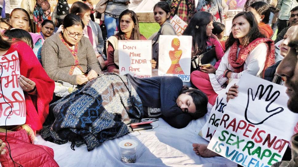 हैदराबाद गैंगरेप-मर्डर: स्वाति मालीवाल का आमरण अनशन शुरू, सैकड़ों महिलाएं भी साथ