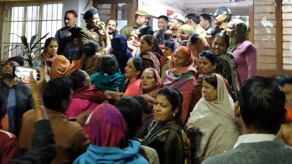 दिल्ली: हैदराबाद एनकाउंटर की खुशी में थाने पहुंची महिलाएं, पुलिसकर्मियों को खिलाई मिठाई