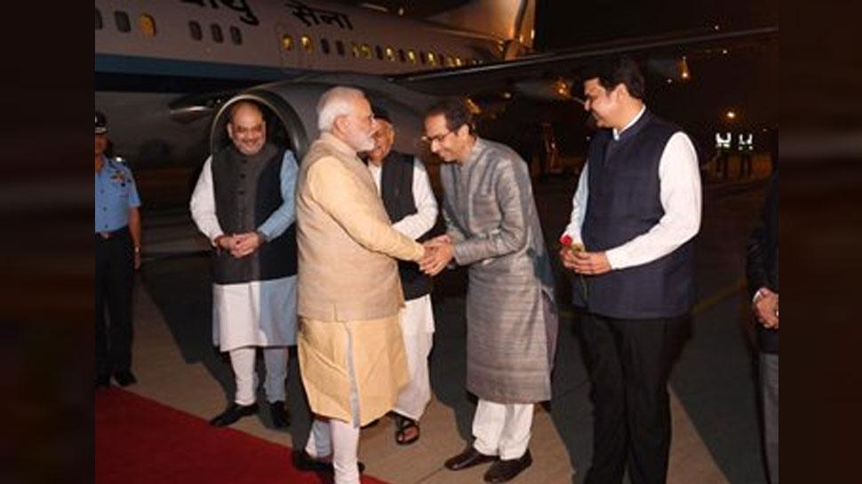 PM मोदी से कुछ यूं पहली बार मिले CM उद्धव ठाकरे, बगल में मुस्कुराते दिखे फडणवीस